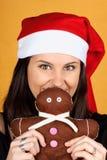 Weihnachtsmann-Mädchen mit Lebkuchenmannmarionette stockbild