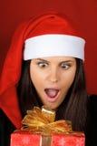 Weihnachtsmann-Mädchen mit Weihnachtsgeschenk lizenzfreies stockfoto
