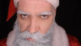 Weihnachtsmann mit Baseballschläger stock video footage