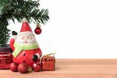 Weihnachtsmann mit dem Geschenk- und Weihnachtsbaum Stockfoto