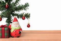 Weihnachtsmann mit dem Geschenk- und Weihnachtsbaum Lizenzfreies Stockfoto