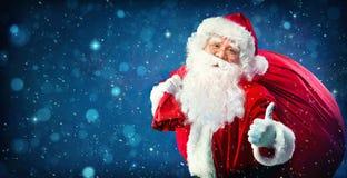 Weihnachtsmann mit einem Beutel voll von den Geschenken Lizenzfreie Stockfotos