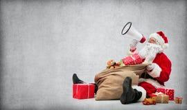 Weihnachtsmann mit einem Beutel voll von den Geschenken Lizenzfreie Stockfotografie