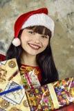 Weihnachtsmann mit einem großen Geschenkkasten Lizenzfreies Stockfoto
