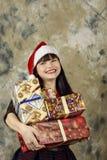 Weihnachtsmann mit einem großen Geschenkkasten Lizenzfreie Stockfotos