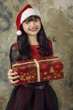 Weihnachtsmann mit einem großen Geschenkkasten Stockfotos