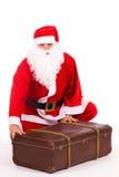 Weihnachtsmann mit einem großen Koffer Stockfotografie