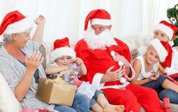Weihnachtsmann mit einer glücklichen Familie Stockfotos
