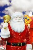 Weihnachtsmann mit einer goldenen Glocke. Lizenzfreies Stockfoto