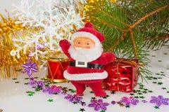 Weihnachtsmann mit einer Trommel und einem Geschenk Stockfotos