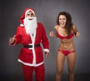 Weihnachtsmann mit einer wütenden Frau Lizenzfreie Stockfotografie