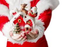 Weihnachtsmann mit Geschenk in den Händen Stockbild
