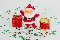 Weihnachtsmann mit Geschenk und roter Trommel Stockfotografie