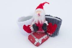 Weihnachtsmann mit Geschenken auf dem weißen Schnee Lizenzfreie Stockfotos