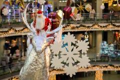 Weihnachtsmann mit Geschenken fliegt auf Renpferdeschlitten, Weihnachtskonzept lizenzfreies stockfoto
