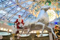 Weihnachtsmann mit Geschenken fliegt auf Renpferdeschlitten, Weihnachtskonzept stockbild
