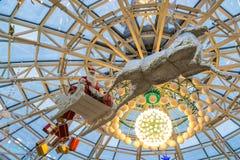 Weihnachtsmann mit Geschenken fliegt auf Renpferdeschlitten, Weihnachtskonzept stockbilder