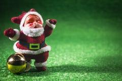 Weihnachtsmann mit Goldkugel. Stockfotos