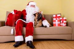 Weihnachtsmann mit Hund Stockfotografie
