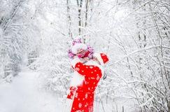 Weihnachtsmann mit kleinem Mädchen in einem Winterwald stockfotos