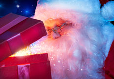 Weihnachtsmann mit Weihnachtsgeschenk Lizenzfreie Stockfotografie