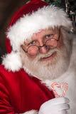 Weihnachtsmann mit Zuckerstange Lizenzfreie Stockbilder