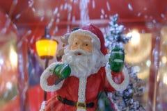 Weihnachtsmann-Puppe mit Schnee stockfotos