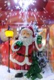 Weihnachtsmann-Puppe mit Schnee stockfotografie