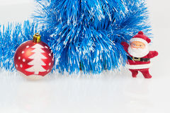 Weihnachtsmann, roter Weihnachtsball und blaue Girlande Stockbilder