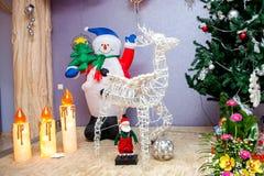 Weihnachtsmann, Rotwild und Schneemann Stockfotos
