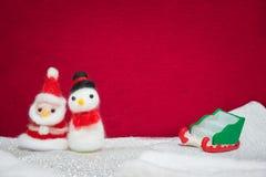 Weihnachtsmann, Schneemannwollpuppe und Habsuchtschlitten auf Schneeeinrichtungsesprit Stockbild