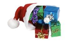 Weihnachtsmann-Schutzkappe mit Geschenken Lizenzfreie Stockfotografie