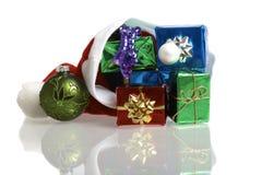 Weihnachtsmann-Schutzkappe mit Geschenken Lizenzfreie Stockfotos