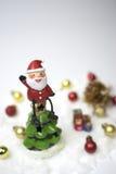 Weihnachtsmann sitzt auf die Oberseite des Weihnachtsbaums Lizenzfreie Stockbilder