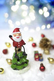 Weihnachtsmann sitzt auf die Oberseite des Weihnachtsbaums Lizenzfreie Stockfotografie