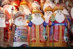 Weihnachtsmann-Statuen als Hintergrund Lizenzfreie Stockfotografie