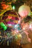 Weihnachtsmann trägt Geschenke stockfotografie