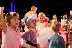 Weihnachtsmann trägt Geschenke Kinder an einem Kinderpartykostüm, der Karneval des neuen Jahres Lizenzfreies Stockbild