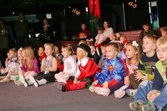 Weihnachtsmann trägt Geschenke Kinder an einem Kinderpartykostüm, der Karneval des neuen Jahres Lizenzfreie Stockfotos