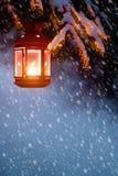 Weihnachtsmann trägt Geschenke Weihnachtslaterne im Winterholz Der Schnee und Stockbilder