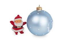Weihnachtsmann und blauer Weihnachtsball Lizenzfreie Stockfotos