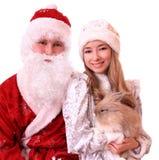 Weihnachtsmann und ein Snowmaiden mit Kaninchen. Lizenzfreies Stockfoto