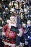 Weihnachtsmann und ein verzierter Weihnachtsbaum Lizenzfreies Stockfoto