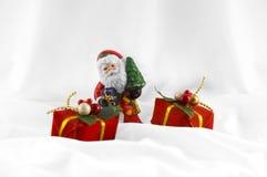 Weihnachtsmann und Geschenke Lizenzfreie Stockfotos