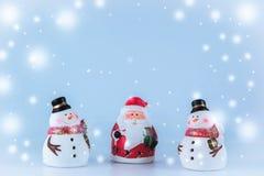 Weihnachtsmann und Gruppe des Schneemannes mit Schnee blättern ab Stockbild