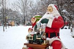 Weihnachtsmann und Helfer, die Geschenke vorbereiten Lizenzfreie Stockfotografie