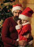 Weihnachtsmann und kleines Mädchenkind lasen Buch lizenzfreie stockfotografie