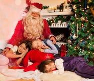 Weihnachtsmann und schlafende Kinder Stockfoto