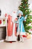 Weihnachtsmann und Schneemädchen Stockbilder