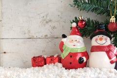 Weihnachtsmann und Schneemann auf dem Schnee mit Weihnachtsbaum Stockfotos